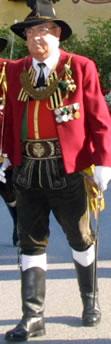 Ehrenhauptmann Raimund Schwarz (hier bei einer Prozession als Hauptmann der SKIV)
